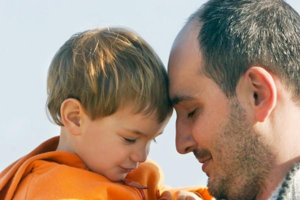 Усыновителям необходимо наладить контакт с ребенком