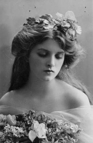 Глэдис Купер (1888 – 1971), английская актриса, которая провела на сцене более шести десятков лет.