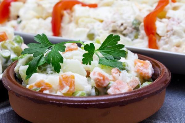 Смотреть Смотри! Рецепт салата «Оливье» на Новый год 2019 с фото пошагово вкусный видео
