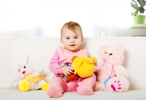 Уже на 8-м месяце жизни ребенок может сам садиться из лежачего положения