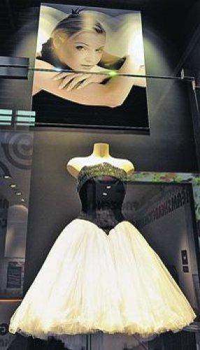 В этом платье (экземпляр не продается) Анастасия Волочкова спела песню на Рождественских встречах у Аллы Пугачевой