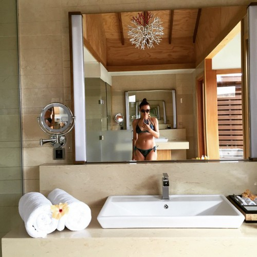 Эвелина Бледанс похвасталась стройной фигурой в купальнике