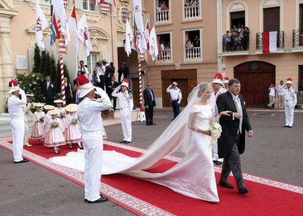 Отец принцессы Монако Шарлин, Майкл Кеннет Уиттсток, ведет ее под венец