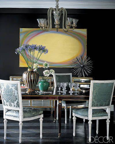 Черный цвет придает выразительности другим ярким предметам интерьера