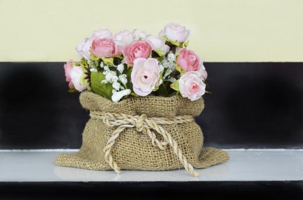 Как украсить цветочный горшок с помощью мешковины