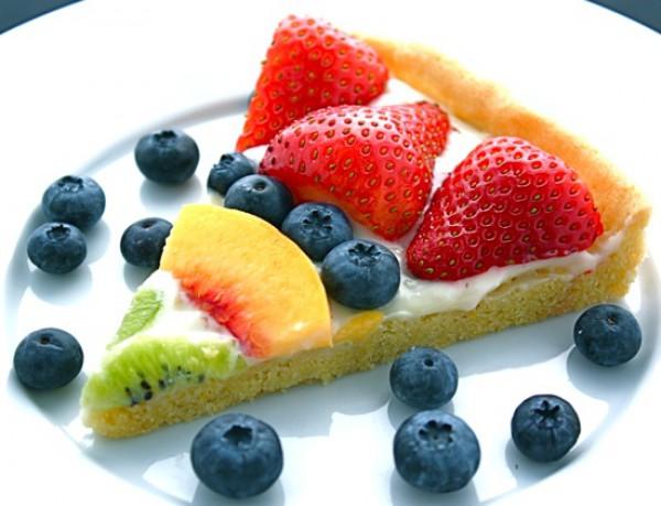 Десертная пицца с фруктами