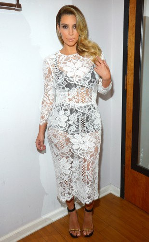 Ким надела платье из кружева и черное белье