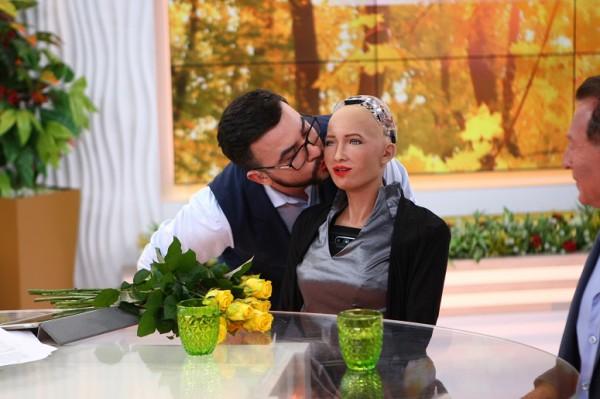 Это любовь: Руслан Сеничкин поцеловал Робота Софию
