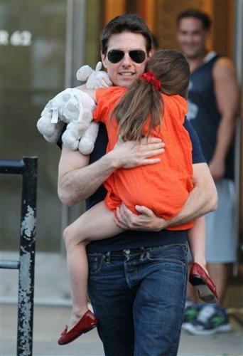 Том Круз на прогулке с малышкой Сури, – раньше Круз  много времени проводил с дочерью
