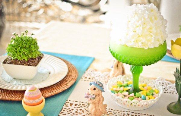 Даже если ты используешь для сервировки простую белую посуду, не забывай о ярких декоративных деталях