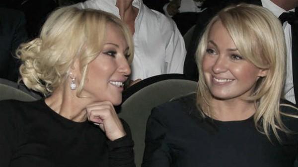 Яна Рудковская (справа) поддержала Леру Кудрявцеву (слева)