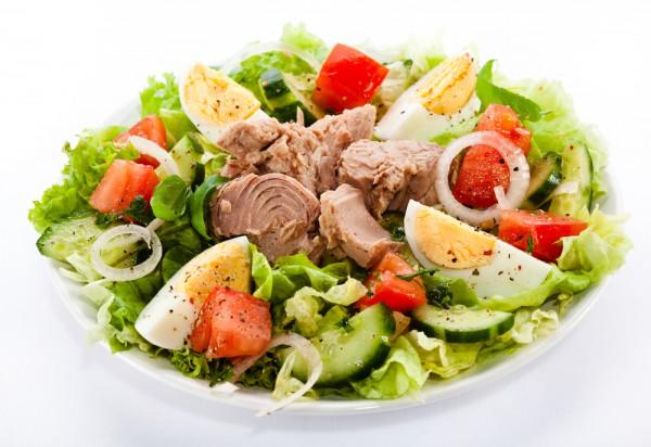Летний салат из овощей с тунцом