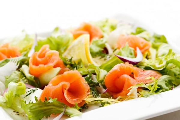 Многие рыбные салаты – низкокалорийные