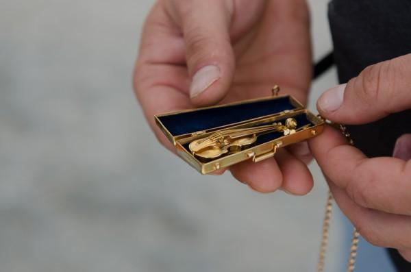 Внутри сувенира из Одессы находится скрипка
