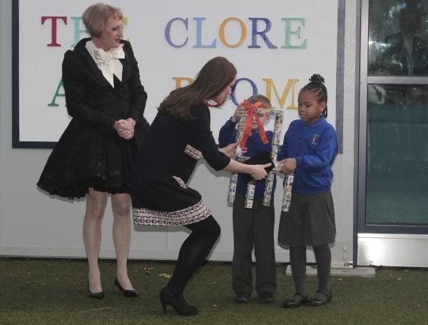 Покровители творческого проекта The Art Room Кейт Мидлтон и Грейсон Перри получают креативный подарок от детей