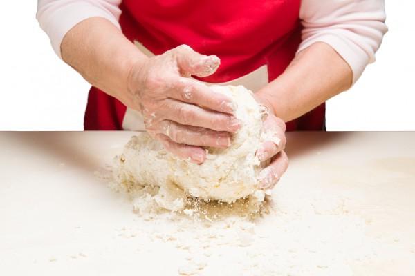 Замесить тесто из муки, воды и соли.