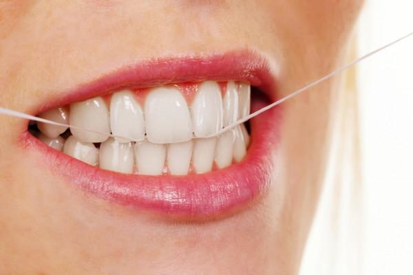 Использование зубной нити при чистке зубов
