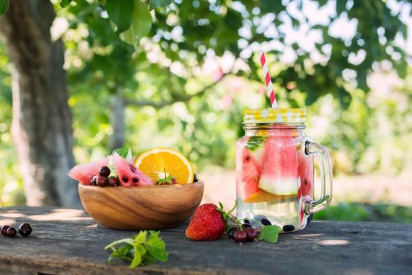 Белая сангрия с фруктами