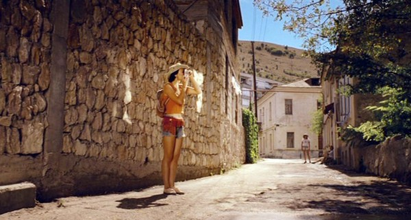 Дикари (2006): Море, август… Интересы людей просты: позагорать, поплавать, поиграть в волейбол, баскетбол, выпить, потанцевать вечером, найти партнера ночью…