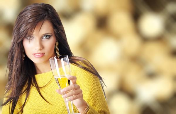 Шампанское – новогодняя традиция. Но постарайся не пить его натощак. Ночью лучше отказаться от сладких вин, коктейлей и ликеров. Идеальный вариант – сухое вино, которое в умеренных дозах улучшает пищеварение.