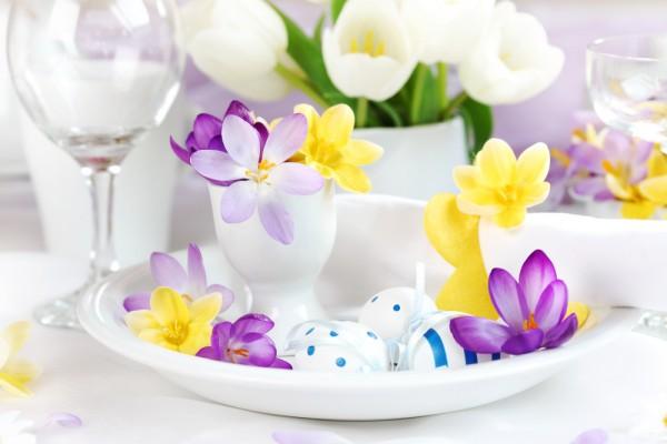 Весенние цветы удачно разбавят сдержанную сервировку.