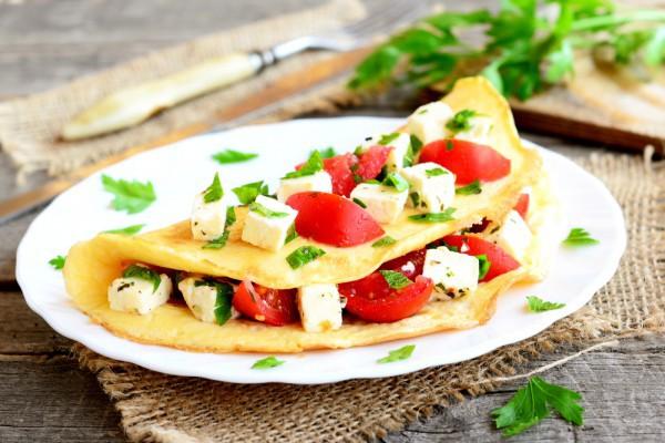 Омлет на завтрак с томатами и сыром