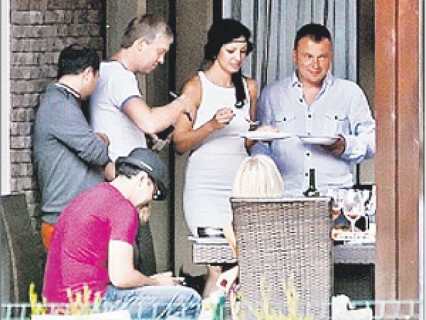 Светлаков представил новую возлюбленную во время приема в своем новом доме в Юрмале