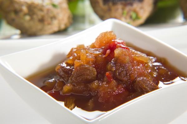 Помимо фруктов, в чатни добавляют лук, чеснок, свежий имбирь.