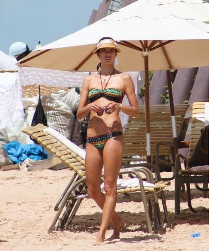 Папарацци подловили супермодельво время отдыха на пляже в Бразилии