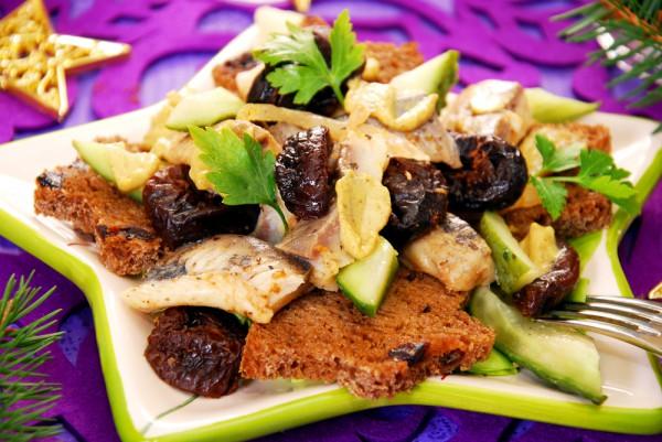 Новогодний салат с черносливом