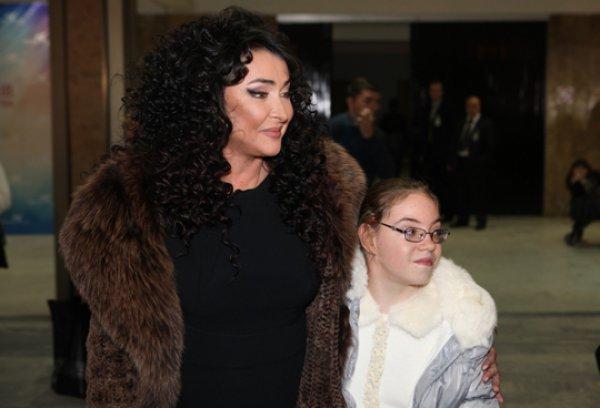 Лолита Милявская окружает дочку Еву любовью, чтобы она спокойно пережила отсутствие родного отца в своей жизни