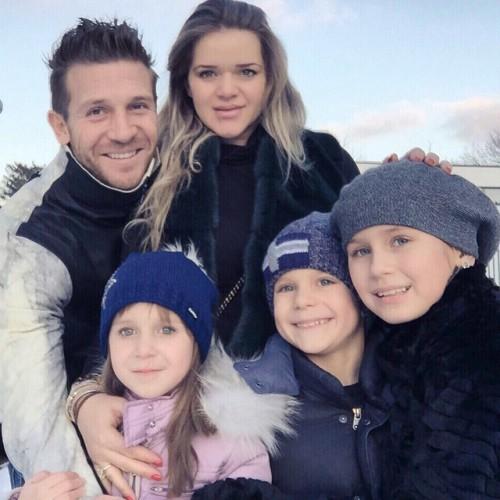 Андрей и Юлия Воронины вместе с детьми Андреем, Соней и Машей