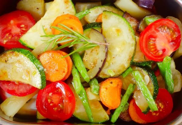 Самый простой рецепт рататуя – овощи нарезаются кружочками и запекаются вместе с сухими травами