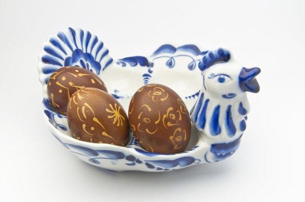 Красить яйца луковой шелухой очень просто