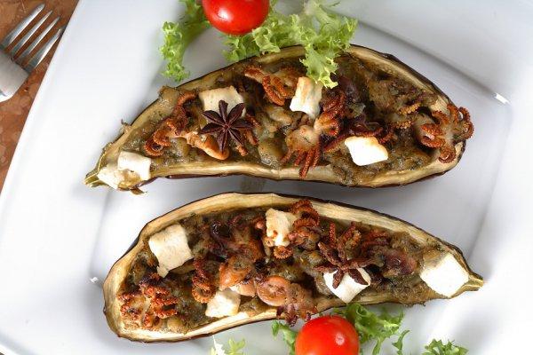 Баклажаны, фаршированные морепродуктами и сыром