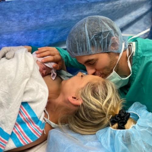 Энрике Иглесиас и Анна Курникова с новорожденной дочерью