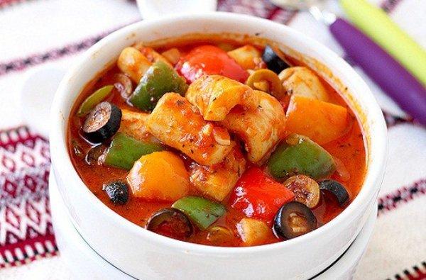 Рецепт                  Кальмары в томатном соусе с оливками и сладким перцем