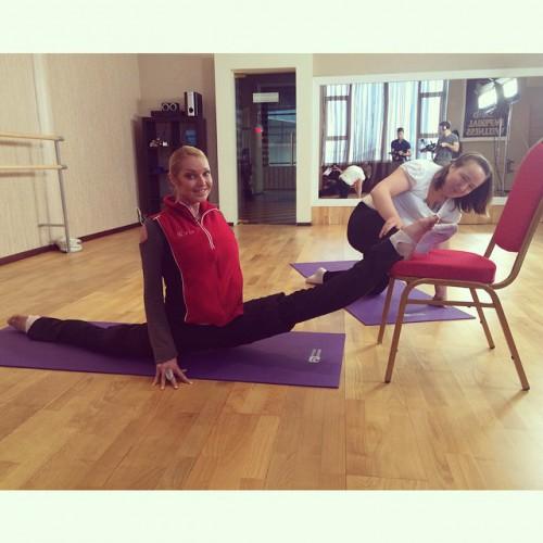 Российская балерина Анастасия Волочкова занимается в танцевальной студии