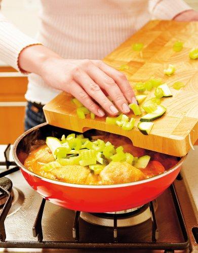 Цукини и сельдерей вымой, обсуши, нарежь небольшими кубиками. Добавь к курице и овощам. Туши все вместе под крышкой на медленном огне около 10 мин