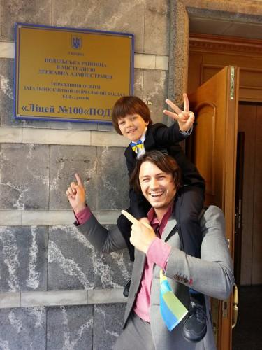 Сергей Притула с сыном в школе