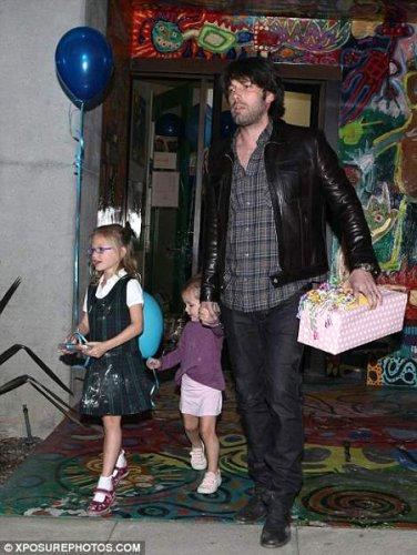 Бен на празднике дня рождения своей младшей дочери