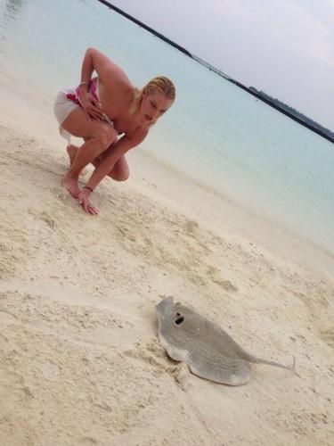 Анастасия Волочкова на Мальдивах фотографируется для своего микроблога