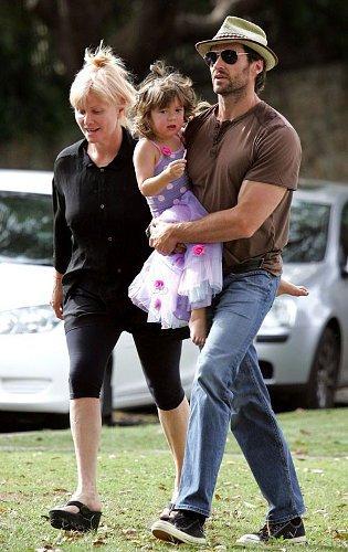 Актер всюду появляется вместе с детьми