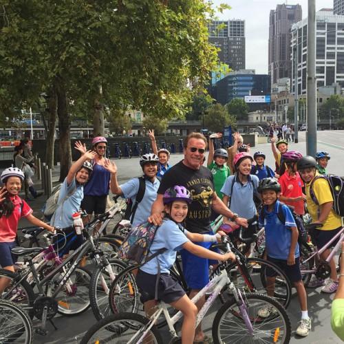 Арнольд Шварценеггер во время прогулки в Мельбурне сфотографировался с местными детьми