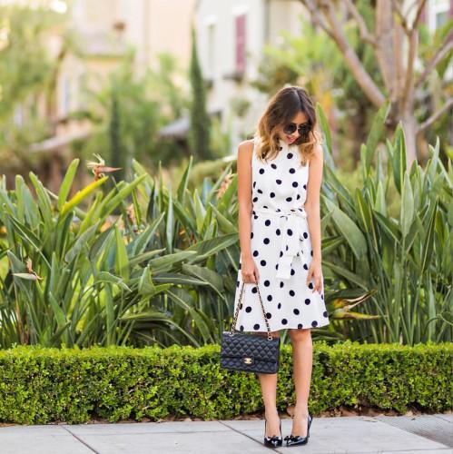 Платье в горошек и черные лодочки