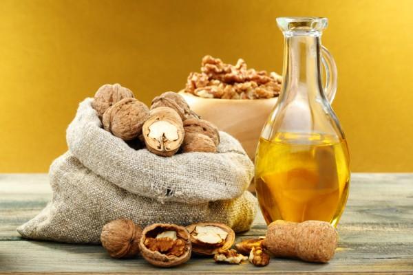Помимо самих орехов также включи в свое меню и масло грецкого ореха. Попробуй использовать его в салатах или при жарке.