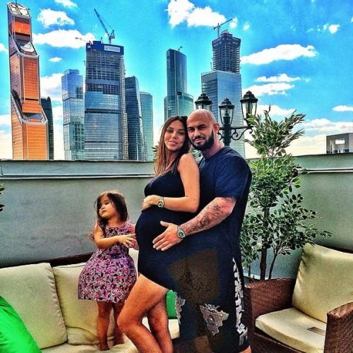 Джиган с женой и дочкой