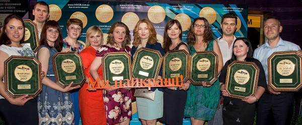 Представители компаний «Софарма» и ПАТ «Витамины» с наградами брендов-победителей