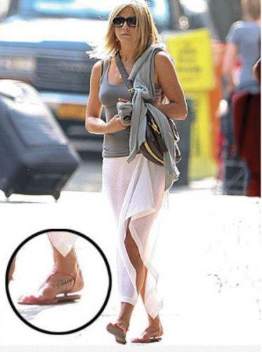 Дженнифер Энистон с татуировкой на ноге