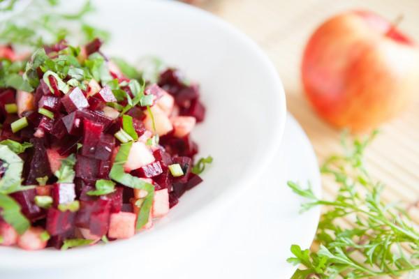Рецепты салатов в пост: Осенний салат из яблок и свеклы